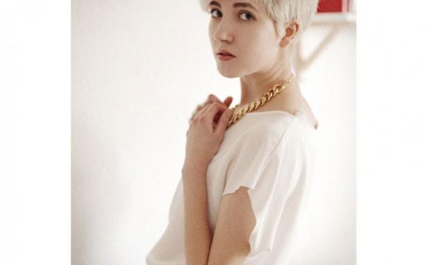 今、ファンション業界では白髪に染めることが流行中